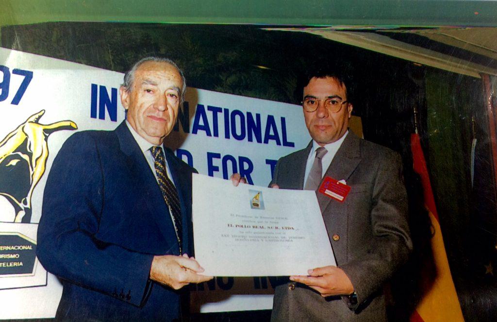 Antonio Pardo Rodríguez otorgando reconocimiento al mejor pollo a la brasa del Perú durante el XXI Trofeo Internacional de Turismo, Hotelería y Gastronomía Madrid 1997